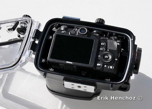 Nikon Coolpix P7000 inserita nella custodia subacquea