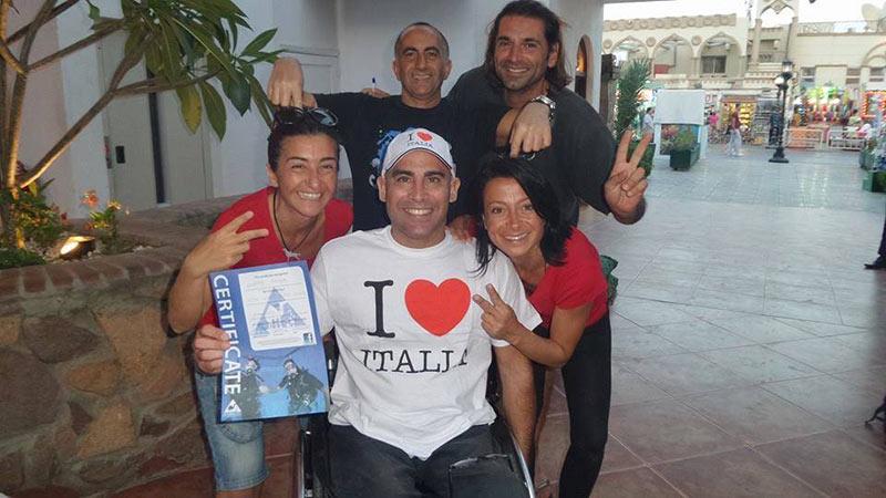 Giuseppe festeggia il suo brevetto con gli istruttori italiani del Camel Dive Club
