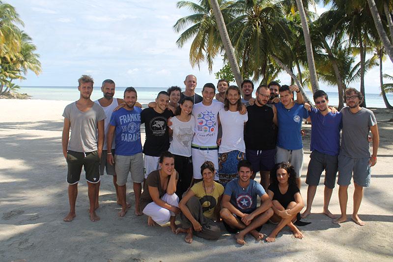 Isola di Magoodhoo, atollo di Faafu.                    I partecipanti del Master in Scienze Marine Per lo Sviluppo Sostenibile 2013/2014 organizzato dall' Università Bicocca