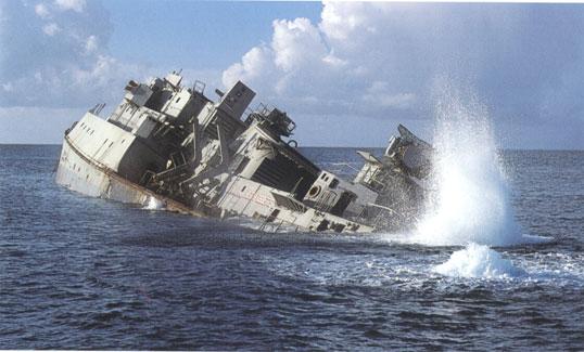 """La portaerei USS Oriskany, di 27.000 tonnellate di stazza, affondata al largo della Florida, al momento la più grande struttura artificiale costituita con un relitto di scafo (foto tratta da: """"Cosa prova una larva nel vedere un relitto? About the strengths and weaknesses of sunken shipwrecks in promoting sea life"""", di L. Cannizzaro, G. M. Iaria, G. Norrito, S. Ragonese, L. Rollandi, A. Rizzo, N. Spanò)"""